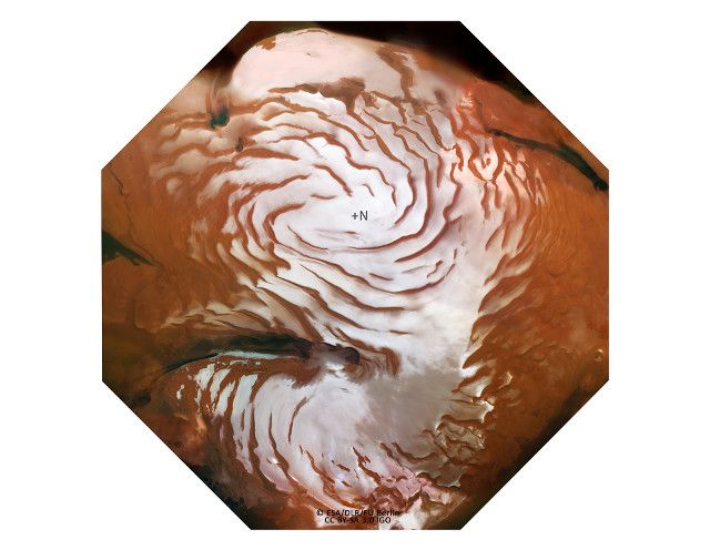 L'ESA ha pubblicato un'immagine della calotta polare settentrionale del pianeta Marte. Si tratta della composizione di 32 immagini catturate dallo strumento High Resolution Stereo Camera (HRSC) della sonda spaziale Mars Express dell'ESA durante altrettanti passaggi sopra il polo nord marziano tra il 2004 e il 2010. Quel mosaico mostra le depressioni a forma di spirale della calotta polare. Leggi i dettagli nell'articolo!