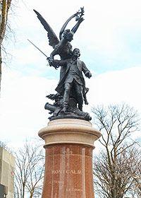 Monument Montcalm  Léopold Morice, sculpteur, et Paul Chabert, architecte 1911 Cours du Général-De Montcalm En 1759, Louis-Joseph de Saint-Véran, marquis de Montcalm, commande les troupes françaises lors de la bataille des Plaines d'Abraham, où il trouvera la mort. Le sculpteur l'a représenté blessé sur le champ de bataille, l'épée encore à la main, un canon à ses pieds. Il est soutenu par une figure ailée, la Renommée, qui s'apprête à le couronner de laurier, gage de son héroïsme.