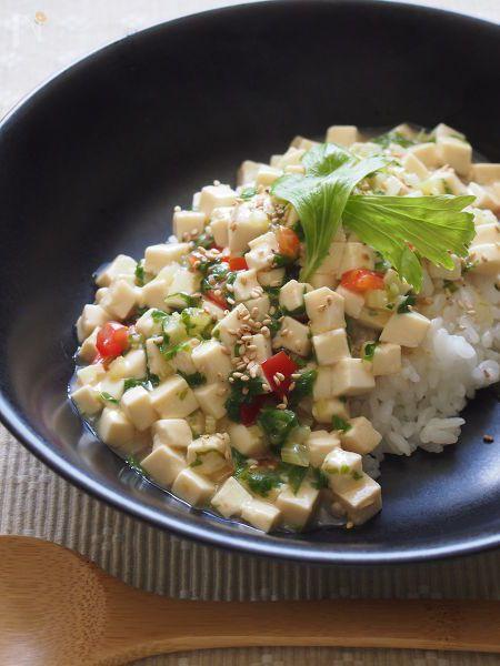 余りがちなセロリの葉っぱで簡単丼を♪セロリは葉っぱの方が風味も栄養もあるんですよー捨てないで!  豆腐は小さい角切りにして煮ることでしっかり食感になります。  お手軽食材であっという間に出来上がります。