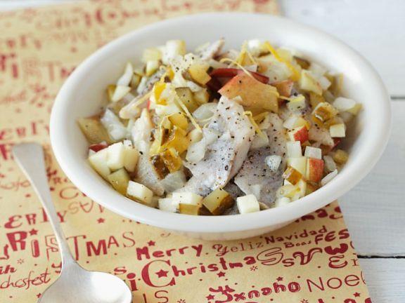 Weihnachtlicher Heringssalat mit Apfel, Gurken und Joghurtdressing ist ein Rezept mit frischen Zutaten aus der Kategorie Dressing. Probieren Sie dieses und weitere Rezepte von EAT SMARTER!