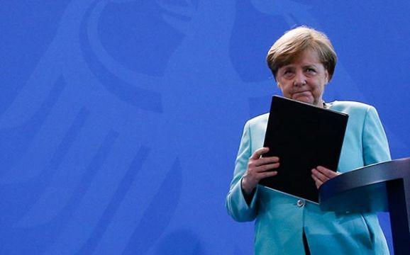 Hristiyan Demokrat Birlik (CDU) lideri Angela Merkel ve kardeş parti Hristiyan Sosyal Birlik (CSU) lideri Horst Seehofer üzerinde anlaşmaya vardıkları seçim programını CDU Merkezi'nde ortak basın toplantısıyla kamuoyuna açıkladı.