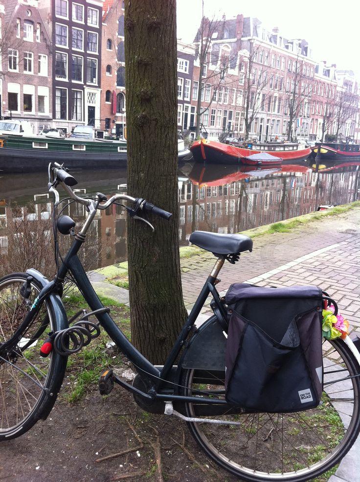 Vélo canaux peniche Amsterdam   Pour le mois d'octobre direction la capitale des Pays-Bas : Amsterdam   #amsterdam #10photos #voyage #weekend #canaux #spacecake #fromage #hollande #paysbas #quartierrouge #velo