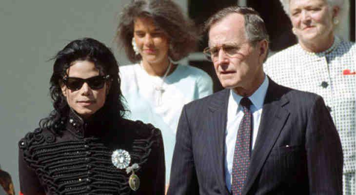 Les notes manuscrites écrites par Michael Jackson dans les derniers jours avant sa mort ont été découvertes et elles confirment enfin qu'il a été assassiné par le«système». Les écrits du roi de la pop, qui ont été vérifiés et authentifiés comme 100% authentiques, ont été transmis à l'ami proche de la star, l'homme d'affaire allemand […]