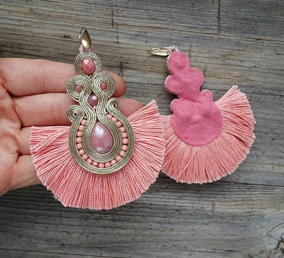 Earrings made in soutache embroidery technique. Materials: pink cabochons, preciosa beads, fire polish beads, Toho beads, pink fringers, Earrings length 10 cm. (3.9 inch) Finished on the back with salmon color felt. Impregnated. If you have a question, write to me. ------------------------------------------------------------ I invite you to watch my other works :) https://www.etsy.com/shop/MrOsOutache?ref=pr_shop_more