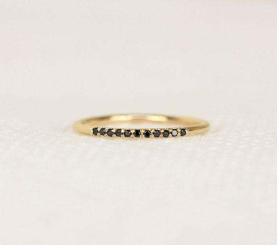 14K Gelb solid gold micro Pave legen schwarze Diamanten.  -Es ist ein perfekter Ring mit Mikro ebnen in reiche schwarze Diamanten  -Die Ringschiene misst 1,40 mm dick. Es ist Stack zusammen perfekt in meine andere dünne Bänder.  -1 mm Black Diamond-Konflikt Free  -Poliert, um Leuchten.  -Ich kann Diamanten für die Hälfte der Band auf Anfrage festgelegt.  (Pls gib mir Gespräche für weitere Informationen)  -Bitte kontaktieren Sie mich, wenn Sie für die Anzahl der Diamanten angeben müssen…
