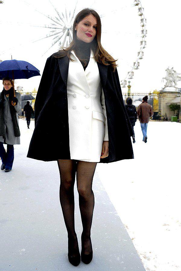 Model und Schauspielerin Laetitia Casta setze als Gast bei der Haute Couture Show von Dior auf Häubchen und Netz plus rote Dior-Lippen. Mit dem weißen Blazer Kleid tat sie sich allerdings keinen Gefallen.