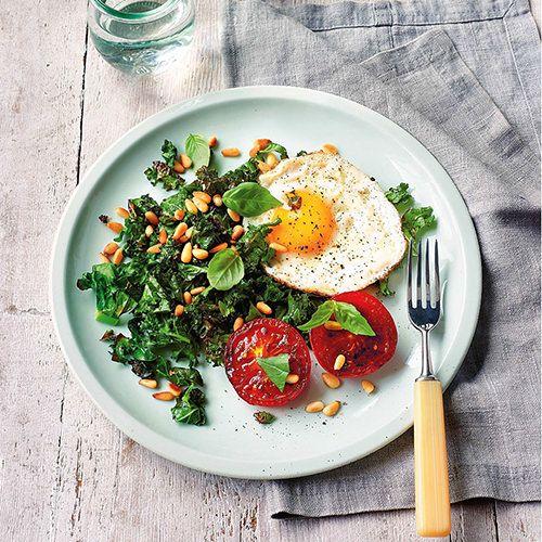Boerenkool en eieren met gebakken tomaten - recept - okoko recepten