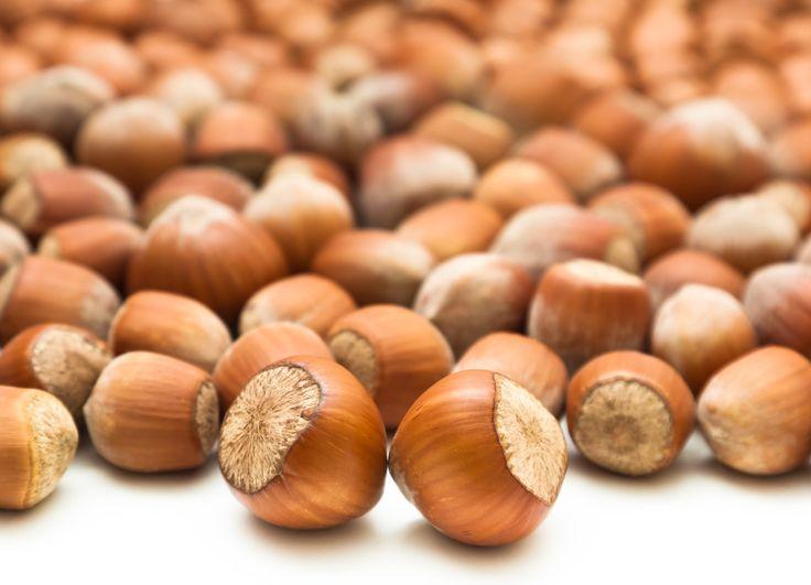 Alimentos que hacen tu piel bella . Nueces y avellanas  Para enrojecimiento, hinchazón, manchas, brotes de acné o arrugas, las nueces son tus mejores amigos por su alto contenido de los ácidos grasos omega-3.  son-inflamatorios y  sellar la humedad en tu piel y protegerla de químicos y otras toxinas. El alfa-linolénico en estos omega-3 combate la resequedad asociada con el envejecimiento que provoca arrugas. Pero no te limites consume también almendras, aceite de oliva y semilla de lino.