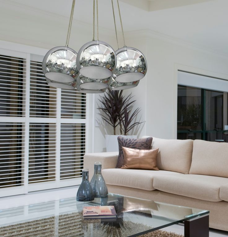 SPHERES to lampa z siedmioma źródłami światła, która będzie pięknym dodatkiem do przestronnych pokoi i pomieszczeń. Zastosowanie aż siedmiu żarówek gwarantuje doskonałe oświetlenie, natomiast nowoczesny wygląd lampy sprawi, że będzie ona doskonałą ozdobą.