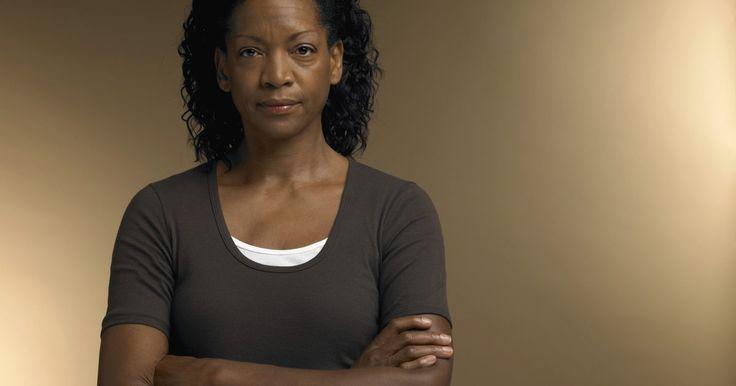 Trinta e quatro sinais da menopausa. A menopausa é a parte do ciclo da vida natural que marca o fim da menstruação em mulheres. Normalmente, os anos reprodutivos finais das mulheres ocorrem na faixa dos 50 anos, no entanto, não existe uma idade definitiva. Quando os ovários param de responder aos hormônios produzidos na glândula hipófise, não liberam um óvulo e ambos os níveis de ...