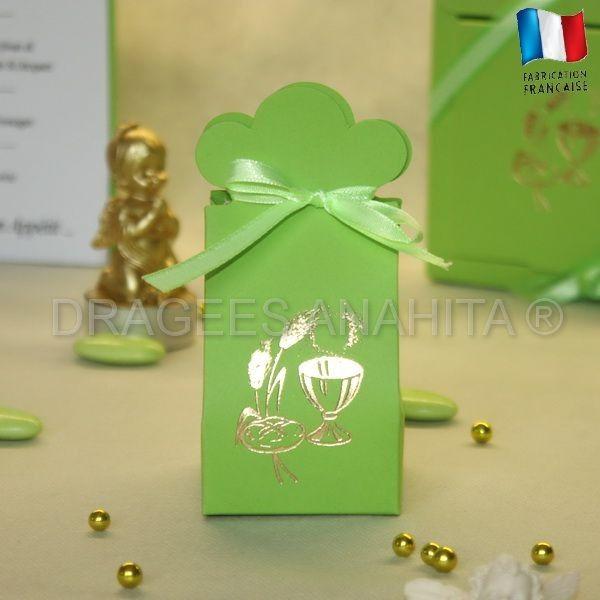 Une boite à dragées verte avec un Calice de communion imprimé en or,  vous pourrez faire plaisir à vos invités en leur offrant de délicieuse dragées pour communion dans un joli contenant à dragées Calice vert.
