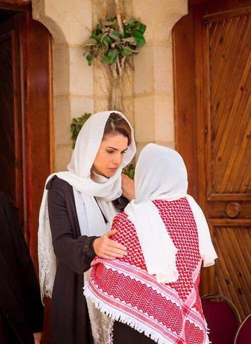 Rainha Rania visitou a família de Rashed Hussein Al-Zyoud para lhes dar as condolências