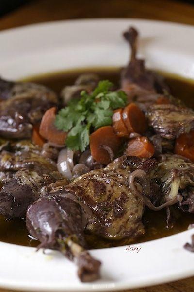 Pintade au vin.  Préparation: 30 min Cuisson: 3 h Marinade: 12 h Pour 4 personnes : -4 cuisses (et hauts de cuisses) de pintade -1,5 l de vin rouge -20 cl d'huile d'olive -4 carottes -3 oignons -1 grosse cuillère à soupe de farine -1/2 bouquet de persil plat -Sel, poivre La...