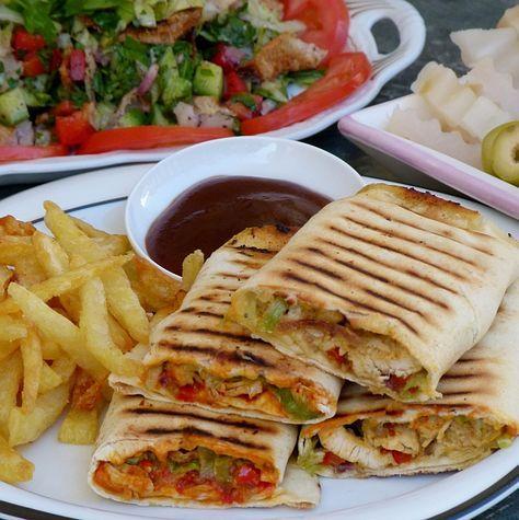 Ägyptisches Rezept für Hühnchen-Shawerma - Leckerer Sandwich mit hausgemachten Pommes und Knoblauchsoße (Toumeya)