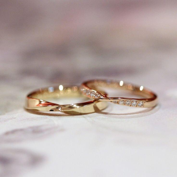 ひねりのフォルムでお作りしたゴールドの結婚指輪 男性はイエローゴールド、女性はピンクゴールドにダイヤモンドを入れてお作りしました。 [マリッジリング,marriage,bridal,wedding,ring,K18YG,K18PG,diamond]