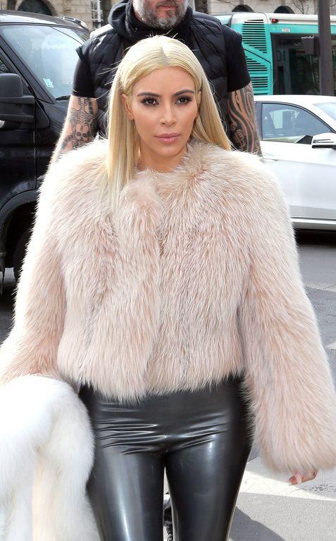 Kim Kardashian est devenue encore plus blonde que blonde ! Bref elle est platine maintenant ! comme nous extensions de cheveux russes : http://www.royalextension.com/fr/catalogue/produit/pack-de-60-extensions-de-cheveux-keratine----meches-de-1g-russian-hair-----100--naturels.31-315.html