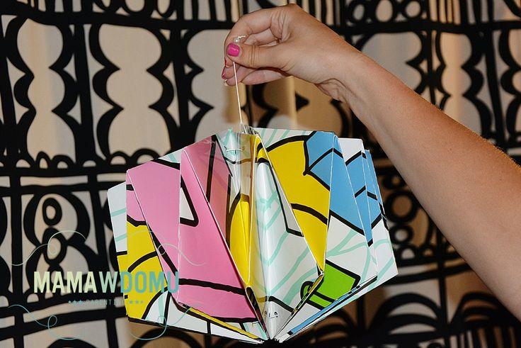 Lampa Origami złożona z plakatu