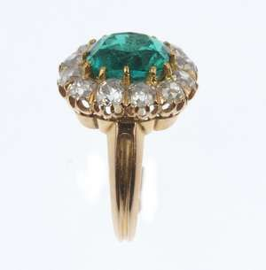 LOT:351 | A Colombian emerald and diamond cluster ring.