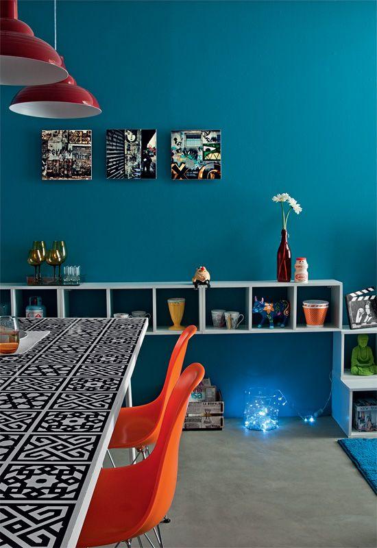 Cores bem escolhidas, como os tons de azul e laranja determinam o clima da sala de jantar.