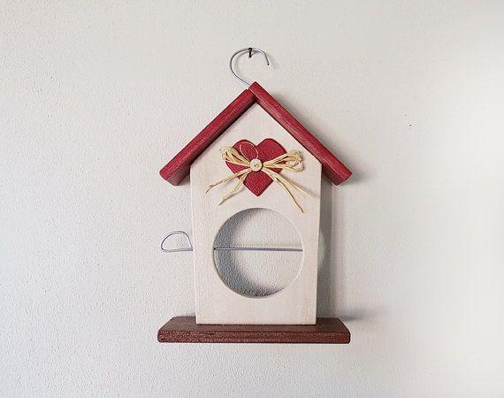 """Una casetta in legno per dar da mangiare agli uccellini. Visita il negozio di """"Crispella"""" su etsy https://www.etsy.com/it/listing/203605876/casetta-per-gli-uccellini-porta-mela"""