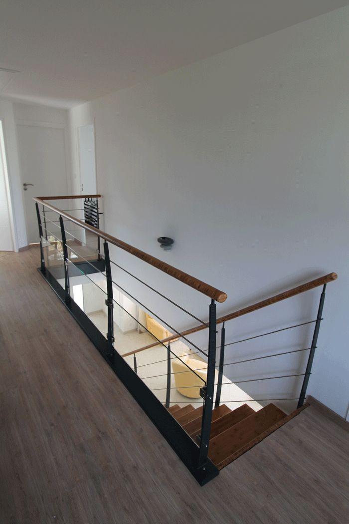 île Drennec acier : escalier bois un quart tournant (hêtre), sans contremarches avec montants acier. Remplissage tubes acier laqués et main courante ronde.
