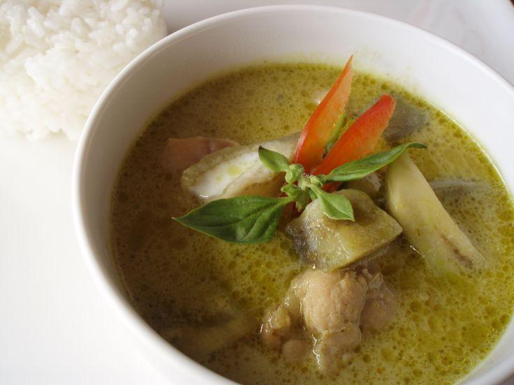 タイカレーの正式名称はゲーンで、様々な香辛料・ハーブ、水かココナッツミルク、肉・魚介類、野菜や果物などから作られる。サラリとしたスープ状の食品であり、主に飯に掛けて食べる。色によりグリーンカレーやレッドカレーなど呼ばれるが基本タイカレーと呼ばれるのはグリーンカレーです。今回はそんなタイカレーを...
