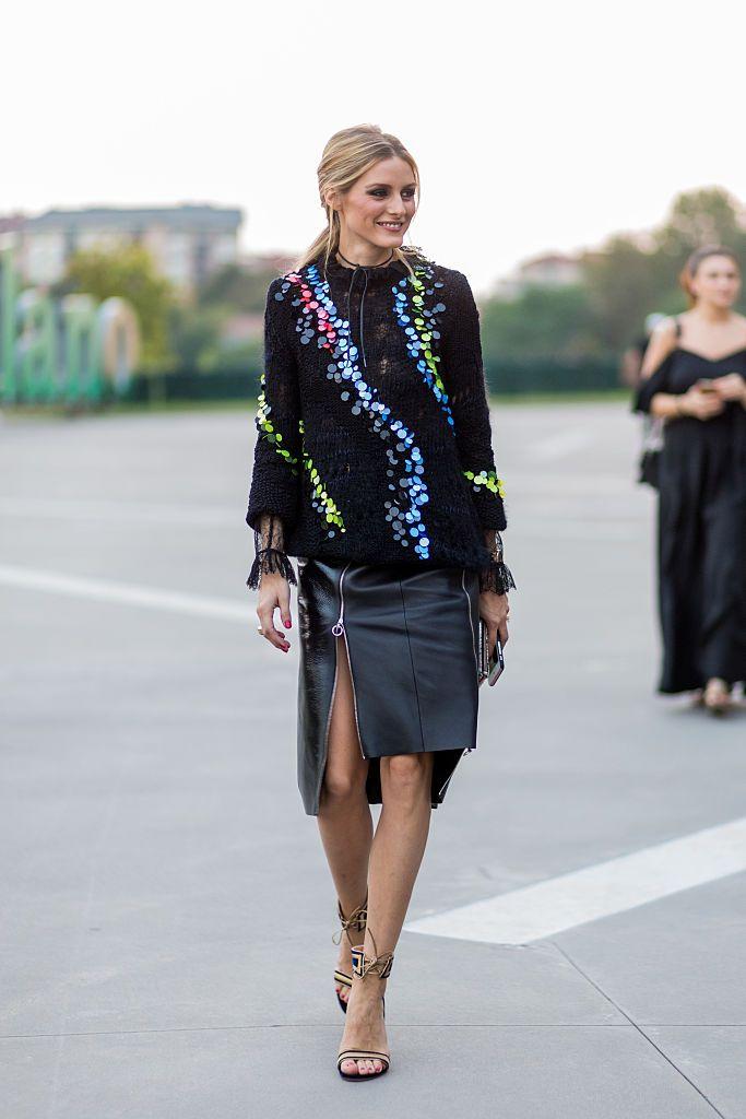 Olivia Palermo ミラノ・コレでソーシャライトのオリヴィア・パレルモをキャッチ。カラフルなスパンコールが編み込まれたニットはヴェルサーチのもの。袖口からは、インに着た黒いレーストップスの袖をのぞかせて、ぐっとセンシュアルなムードに。アシンメトリーなデザインのレザースカートでエッジをきかせた。