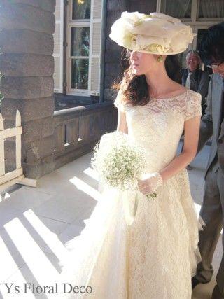 かすみ草のクラッチブーケ お帽子をあわせたドレスに ys floral deco @旧古河邸