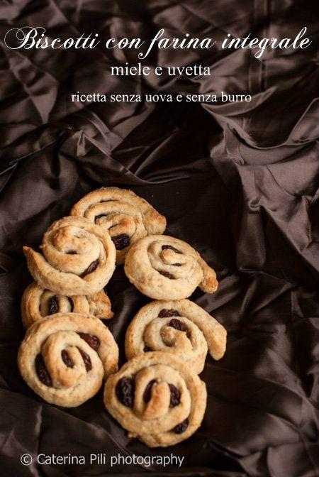Biscotti con farina integrale, miele e uvetta senza uova e senza burro (47 calorie per biscotto)
