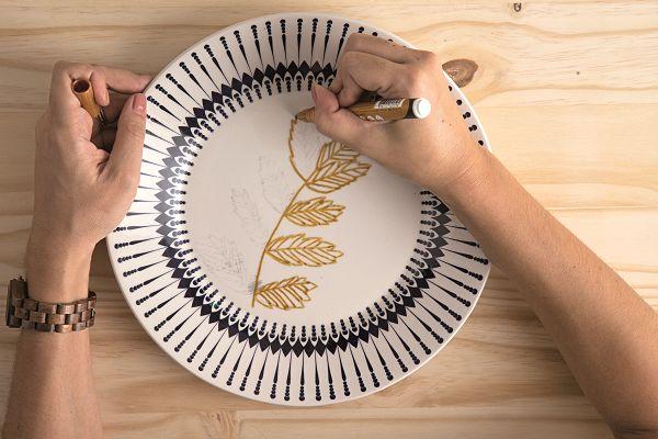 Gostou dos pratos pintados à mão que embelezam nosso ambiente de capa da edição de abril? Pois as arquitetas do escritório Doob, responsáveis pelo projeto ensinam a fazê-los. Você pode criar seus próprios desenhos ou baixar e imprimir a ilustração usada neste passo a passo.