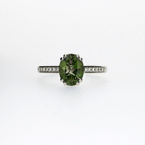 Anillo de compromiso de peridoto con banda de diamantes, $1,745   45 Anillos de compromiso inspirados en las princesas de Disney