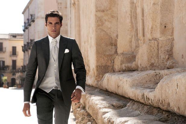 Trajes de novio para una boda con estilo clásico: Otra variante de chaqué para novios en gris oscuro