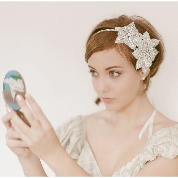 Sencillo peinado de novia. La tiara le aporta mucho estilo. #peinadoparaboda #peinadoparabodas #cabello #novia #matrimonio