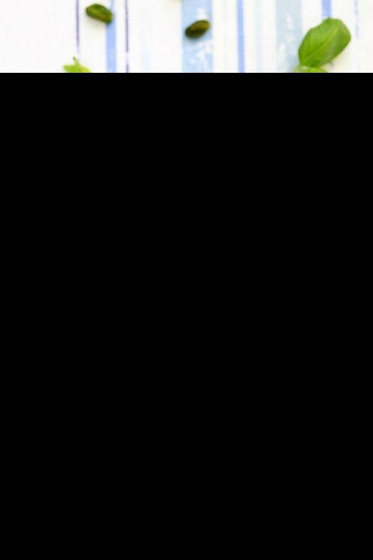 Pesto de courgettes: 3 petites courgettes si possible la variété claire, fermes et extra fraîches (du marché, magasin bio...) 16 feuilles de basilic 4 cl d'huile d'olive vierge extra, délicate 2 à 3 càs de parmesan ou de pecorino fraîchement râpé (faculta