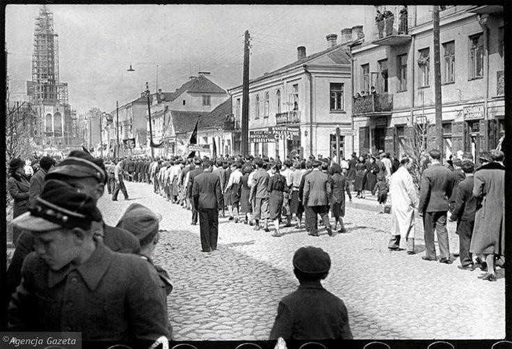 Białystok lata 30 te, 1 maj, i egzotyczne hasła na transparentach...