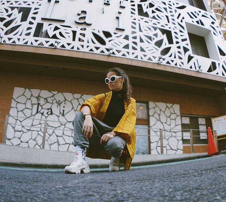 street style in Tokyo, yellow kimono , haori, reebok, snekares, white sunnies, street snap Japan