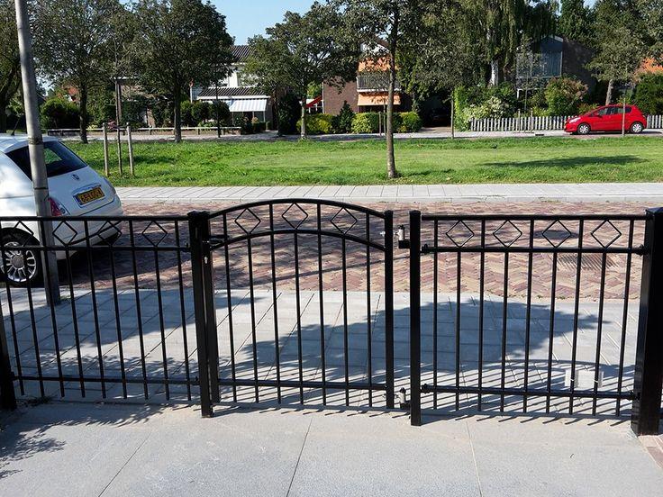 Looppoorten Assumburg (4). Looppoort, poort van metaal maatwerk. De poort is vaak een aanvulling op het sierhekwerk in de voortuin, tuin.