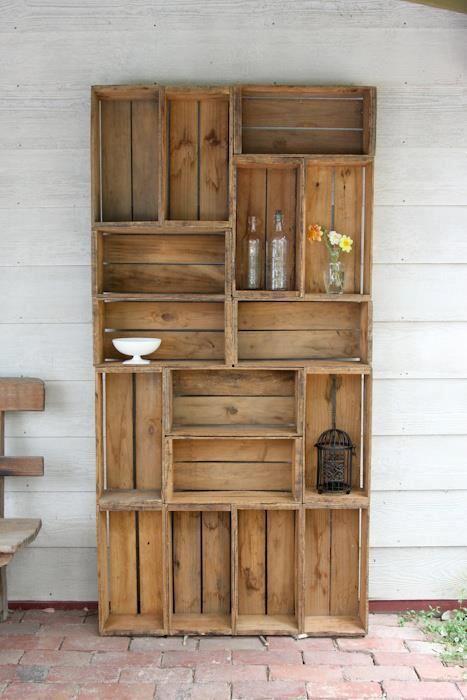 un estante con cajas de madera o palets
