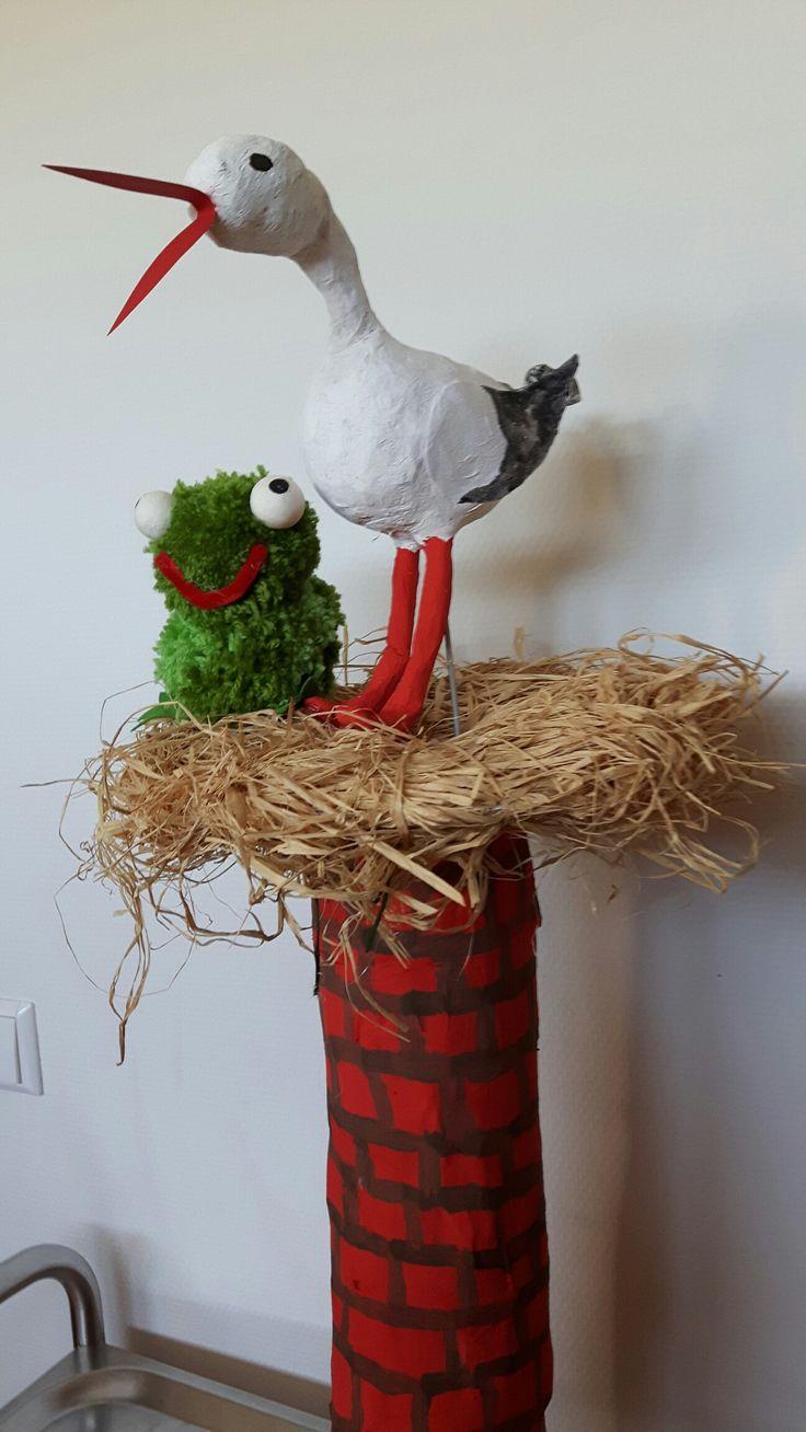 storch und schornstein sind aus pappmache nest aus bast und der frosch aus pompons gestaltet. Black Bedroom Furniture Sets. Home Design Ideas