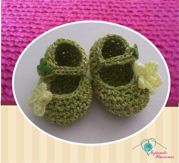 Modelo Nº 80: Zapatos escolares verde olivo con detalle floral en un costado, #babyshoes #zapatitos #crochet #tejidos