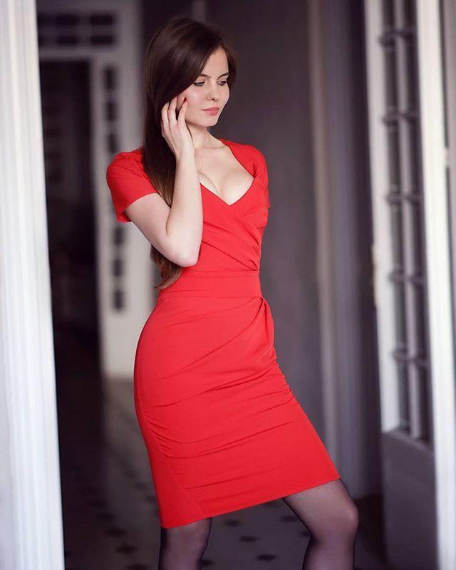 Czerwona Sukienka Czarna Kurtka Ze Skory Czarne Rajstopy I Sportowe Buty Dresses Doctor Dress Tight Dresses