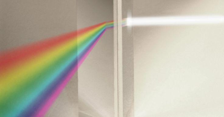 Como ensinar a refração de luz à pré-escola. A refração da luz é a flexão ou a mudança de direção dos raios, conforme a luz se move através de uma fronteira. Por exemplo, quando a luz passa por uma janela, ela é refratada e pode criar um arco-íris. Um prisma ilustra essa teoria. Ao passar pelo prisma, a luz refrata e se separa em um espectro completo, ou arco-íris. Apresentar esse conceito ...