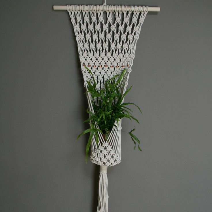 Plant Hanger Make this plant hanger with only two knots. Easy way to hang yor…