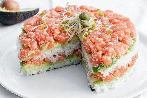 Суши-торт из авокадо, огурца и лосося.