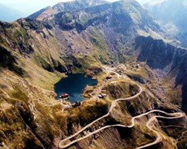 Möchten Sie die Natur genießen? Die Schönheit und Einzigartigkeit Transilvaniens? Diese 5 Tage Tour ist ideal für jeden der in der Mitte der Natur sich erholen möchte. Sie werden im Herzen Transsilvanien mit speziell vorbereiteten Geländewagen reisen. Unsere spezialisierten Reiseführern werden Ihnen einige der schönsten und spektakulären Berglandschaften, Flüssen, Seen, pittoresken Bergdörfer, Schlösser u. UNESCO-Weltkulturerbe Highlights Rumäniens zeigen. Genießen Sie Ihre Offroad…