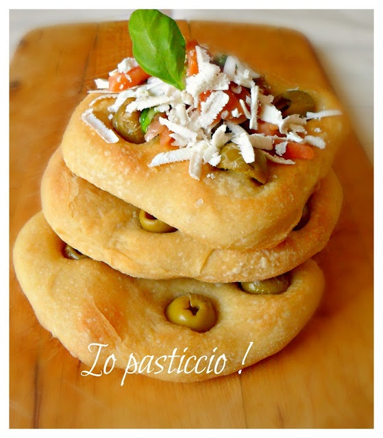 http://nunny-iopasticcio.blogspot.it/2013/05/focaccine-alle-olive.html