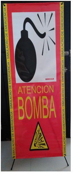 Bomba. Simulacro de emergencia  Indicada para ejercicios de simulacro, y evacuación, informa de la presencia de una bomba en una zona determinada, este hecho deberá modificar rutas  de evacuación por otras más alejada, movimientos de los equipos de emergencia, etc... Medidas: 160 cms x 60 cms Material: Exterior o intemperie Incluye sistema de soporte en X y bolsa de transporte Precio sin iva: 39 € #señalizaciónemergencia #emergencia #simulacro #maxpreven