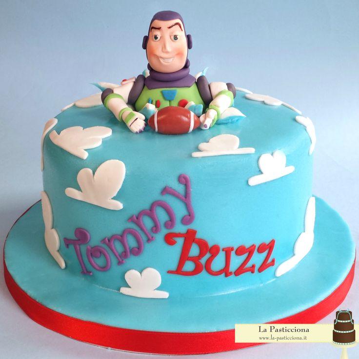 Torta con Buzz di Toy Story e pallone da rugby