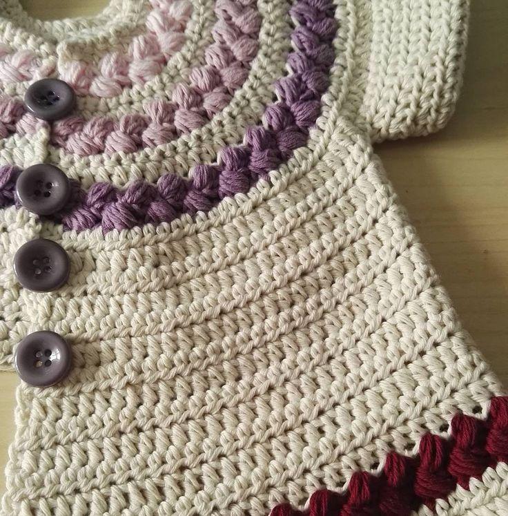 ¡Buenos días! Haciendo y deshaciendo esta chaquetita de bebé llevo todo el fin de semana 😂 Es lo que tiene querer haceros cosas nuevas jaja 😉 Hoy y mañana que estoy de vacas, aprovecho para grabar unos cuantos vídeos 👏 A ver si el sol me deja y me cunde la mañana 🙌 Besis y feliz lunes!!!! 😃😃😃😃😃😃 #crochet #handmade #crochetbebe #crochetbaby #baby #kids #clothes #instacrochet #crocheting #handmade #DIY