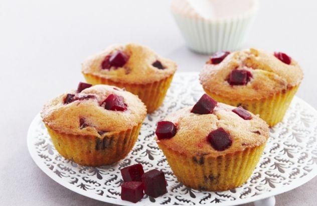 Muffins van rode biet met frambozen en witte chocolade